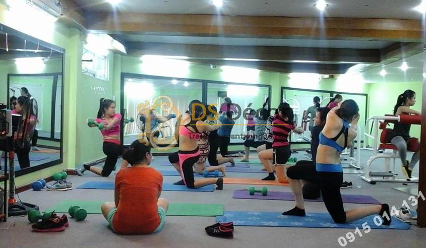Phòng gym với giấy dán tường xanh lá cây
