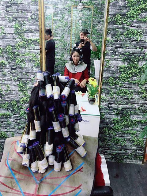 Thi công giấy dán tường tiệm tóc giấy giả rêu